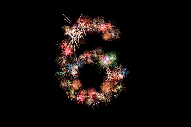 Numero 6. numero alfabeto fatto di fuochi d'artificio reali.