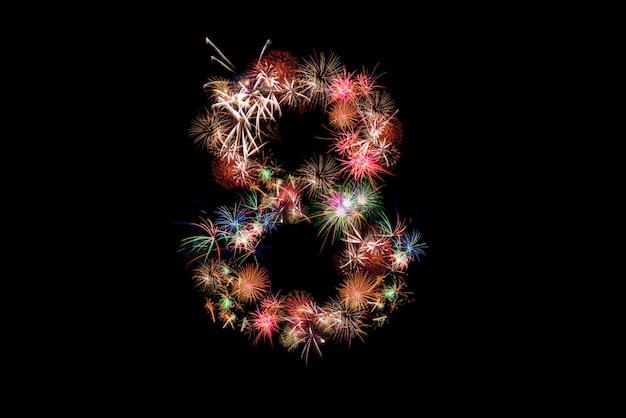 Numero 8. numero alfabeto fatto di fuochi d'artificio reali.