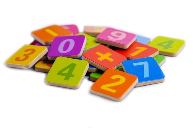 Numero di matematica colorato su bianco.