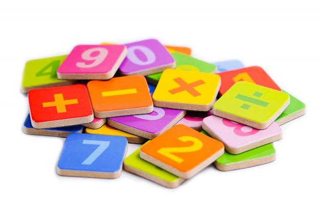 Numero di matematica colorato su bianco
