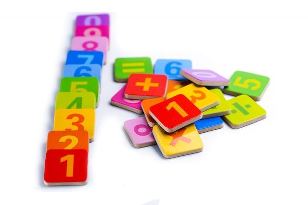 Numero di matematica colorato su sfondo bianco: apprendimento della matematica di istruzione