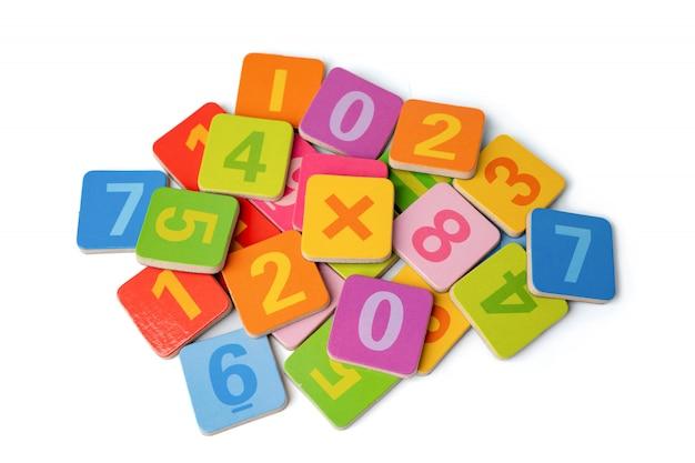 Numero di matematica colorato su sfondo bianco con tracciato di ritaglio.