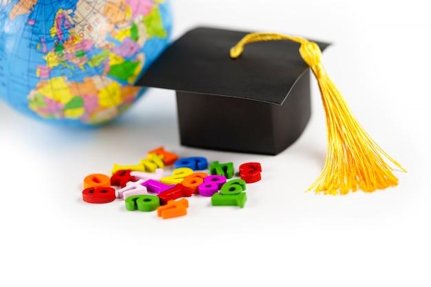 Numero di matematica variopinto con il cappello di graduazione di graduazione e mondo del globo su fondo bianco