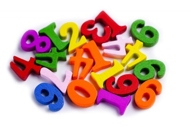Numero di matematica variopinto su fondo bianco