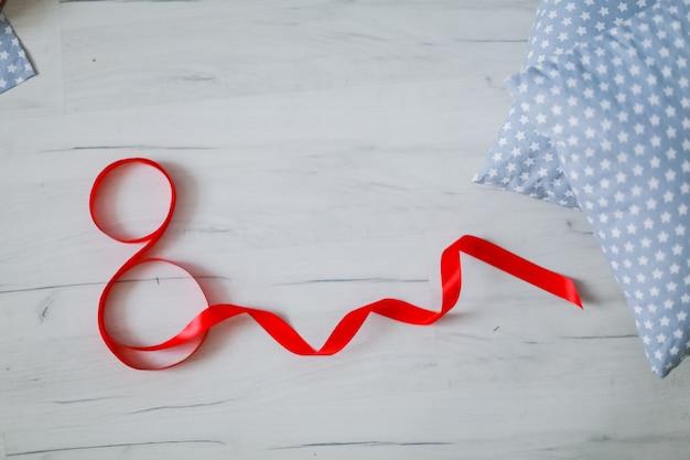Numero rosso 8 realizzato con nastro rosso