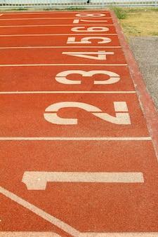 Numero sulla pista di atletica