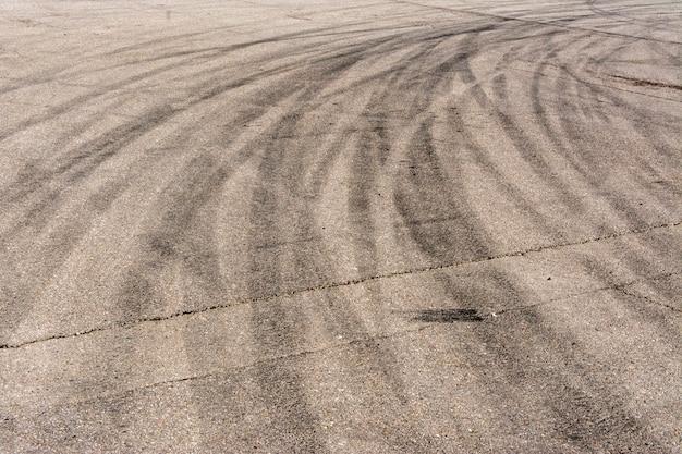Numerose tracce di pneumatici frenanti sull'asfalto