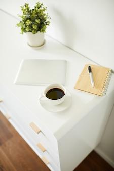 Numerosi oggetti per il lavoro creativo di designer, blogger o liberi professionisti