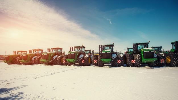 Numerosi trattori si sono allineati nel settore agricolo