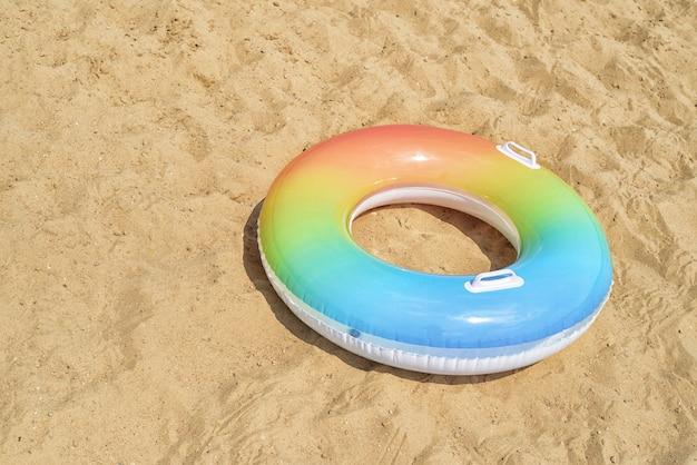 Nuotare tubo o anello di gomma sulla sabbia