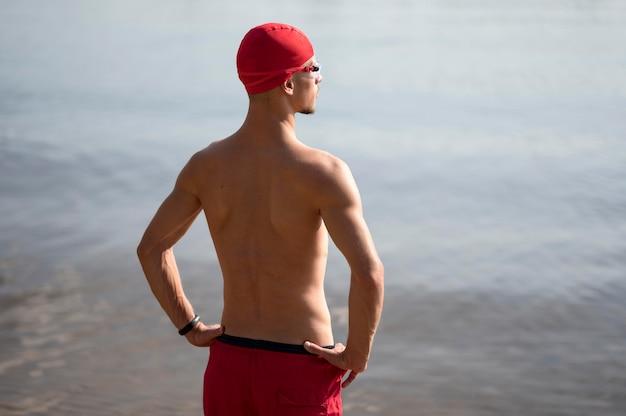 Nuotatore a metà colpo che guarda verso l'acqua