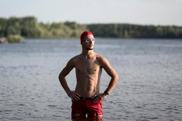 Nuotatore a metà colpo nel lago