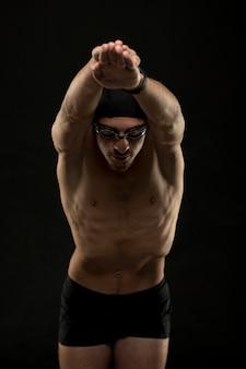 Nuotatore a metà tiro che fa un tuffo