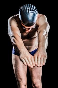 Nuotatore che si prepara ad immergersi