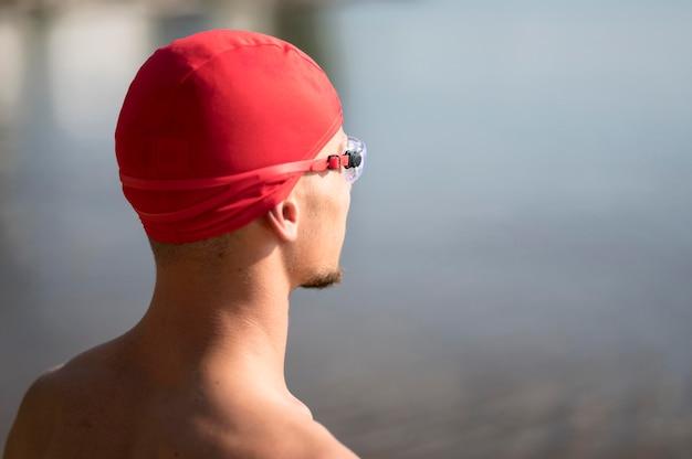 Nuotatore del primo piano che guarda verso l'acqua