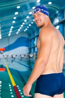 Nuotatore di bell'uomo di medio livello