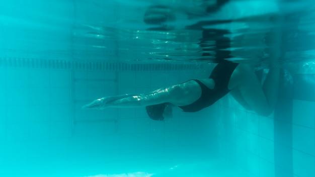 Nuotatore sott'acqua si prepara a correre