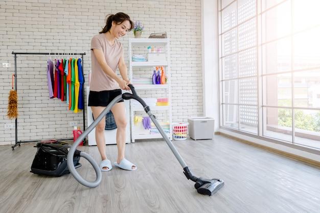 Nuova cameriera combatte con la pulizia della casa, il lavaggio dei vestiti