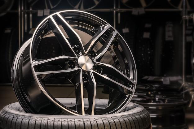 Nuova costosa ruota a disco in alluminio pressofuso di colore nero, fotografata sullo pneumatico.