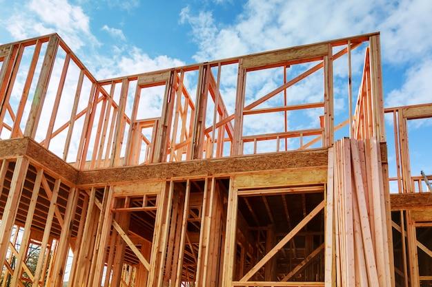 Nuova costruzione incorniciata di una casa costruire una nuova inquadratura di una casa, full frame