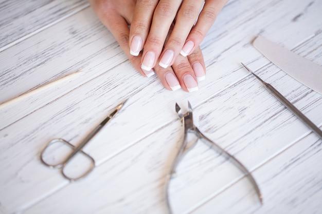 Nuova manicure. vista laterale del processo di manicure in salone.