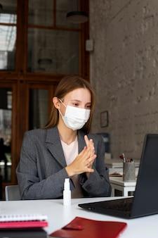 Nuova normalità in ufficio per lavoratore aziendale