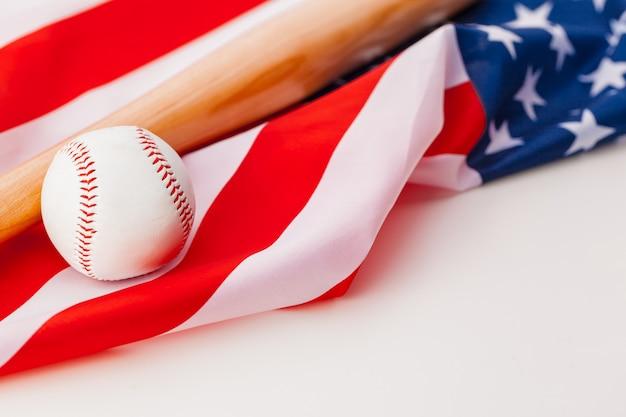 Nuova palla da baseball sulla bandiera americana