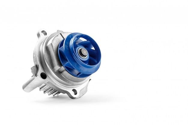 Nuova pompa automobilistica in metallo per il raffreddamento di una pompa dell'acqua del motore su uno sfondo bianco.