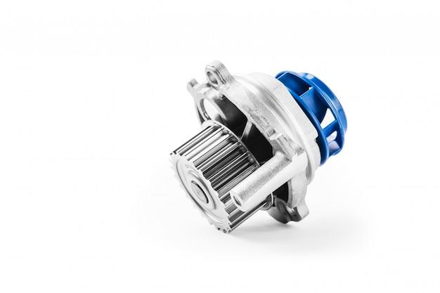 Nuova pompa per automobili in metallo per il raffreddamento di una pompa dell'acqua del motore su una superficie bianca. il concetto di nuovi pezzi di ricambio per il motore dell'auto