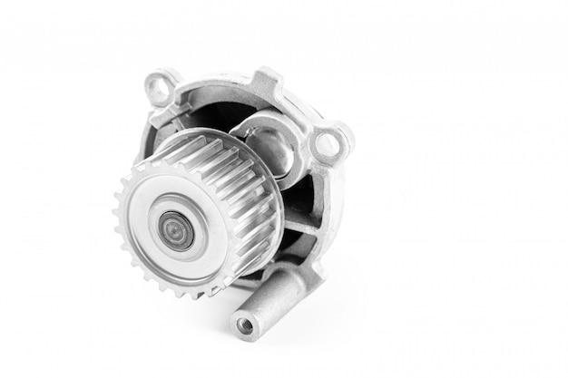 Nuova pompa per automobili in metallo per il raffreddamento di una pompa idraulica del motore su un bianco. il concetto di nuovi pezzi di ricambio per il motore dell'auto
