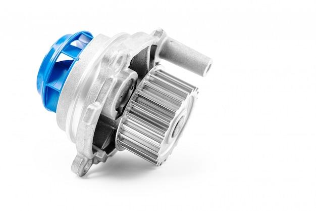 Nuova pompa per automobili in metallo per il raffreddamento di una pompa idraulica del motore su un bianco.
