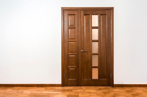 Nuova porta di legno marrone nell'interno della casa