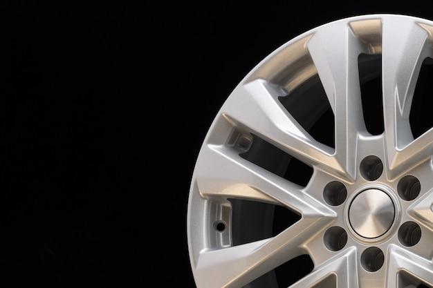 Nuova potente ruota in alluminio argento per auto suv originale su sfondo nero