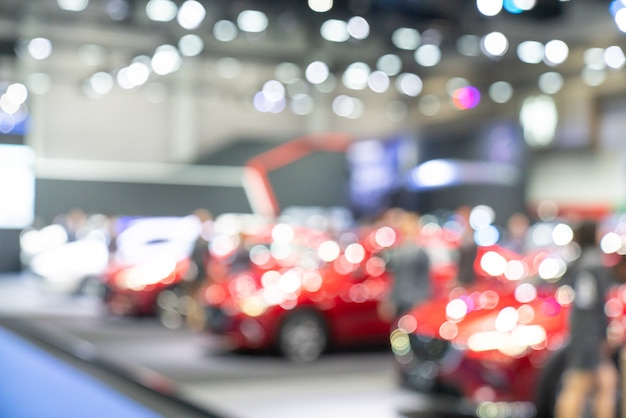 Nuove auto nello showroom per i clienti da vedere e acquistare.