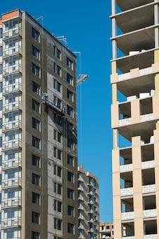 Nuove case costruite con lavori di costruzione incompiuti. costruire e sviluppare il concetto