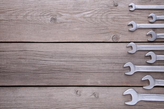 Nuove chiavi per la riparazione su sfondo grigio, copia spazio