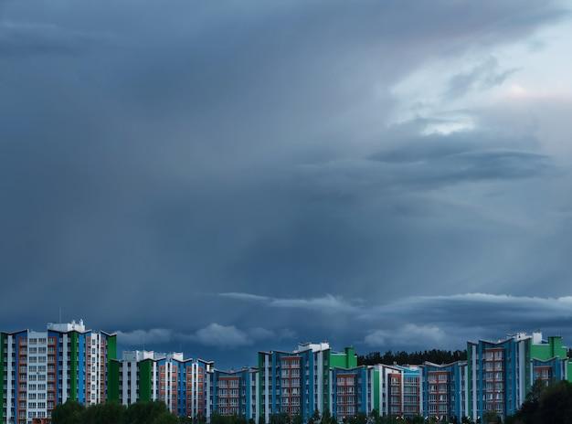 Nuove costruzioni moderne sullo sfondo di un cielo tempestoso