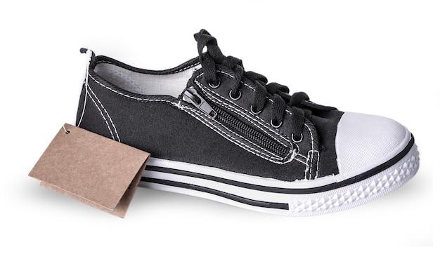 Nuove scarpe da ginnastica con un'etichetta isolata