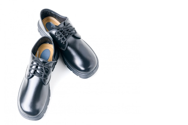 Nuove scarpe di cuoio dello studente isolate su bianco