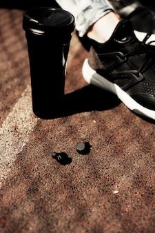 Nuovi accessori da indossare sportivi per i corridori: auricolari wireless, scarpe da corsa. auricolari, lui