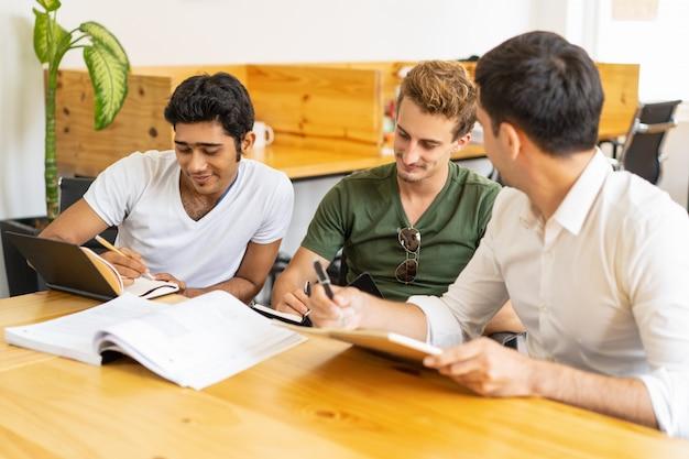 Nuovi dipendenti che seguono corsi di formazione aziendale per i nuovi arrivati