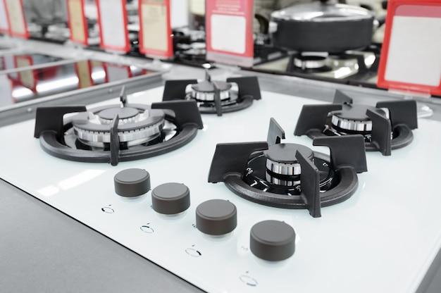 Nuovi pannelli per fornelli a gas nel negozio di elettrodomestici