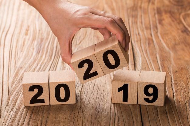 Nuovo anno 2019 cambia a 2020 cambia a mano cubi di legno.