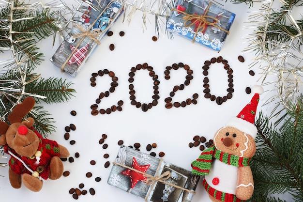 Nuovo anno 202 con un albero di natale, ghirlanda, regali e giocattoli, chicchi di caffè