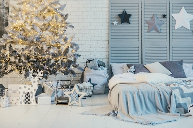 Nuovo anno e decorazioni natalizie in interni domestici