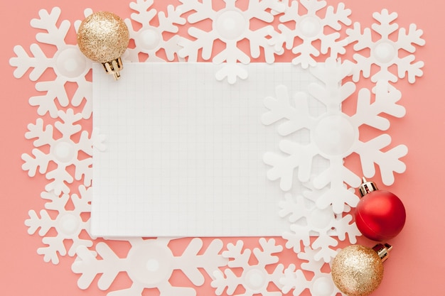 Nuovo anno . elenco degli obiettivi in blocco note, confezione regalo e decorazioni natalizie su colore pastello rosa con copyspace