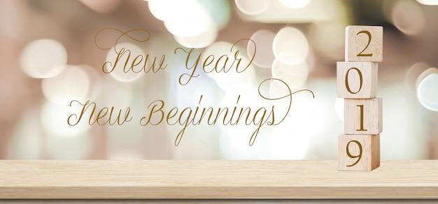 Nuovo anno nuovi inizi, 2019 citazione positiva su sfocatura sfondo astratto