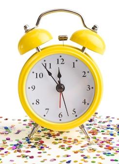 Nuovo anno su una sveglia gialla