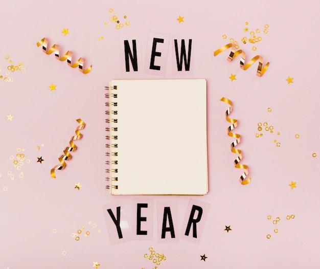 Nuovo anno vuoto del blocco note con lo spazio della copia