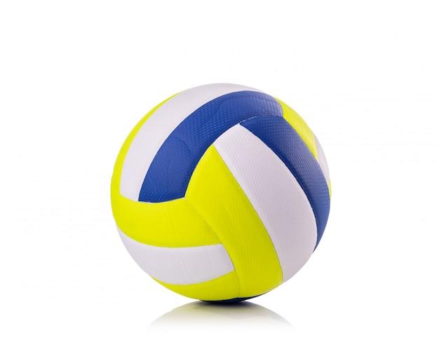 Nuovo colpo dello studio della palla di pallavolo ed isolato su bianco